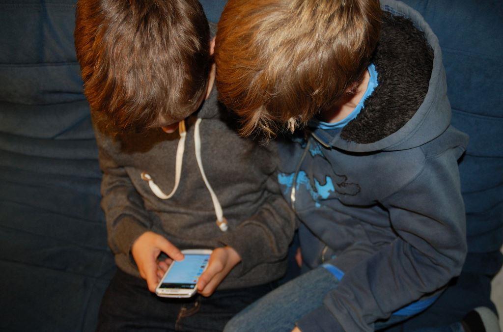 Kinder und Handy